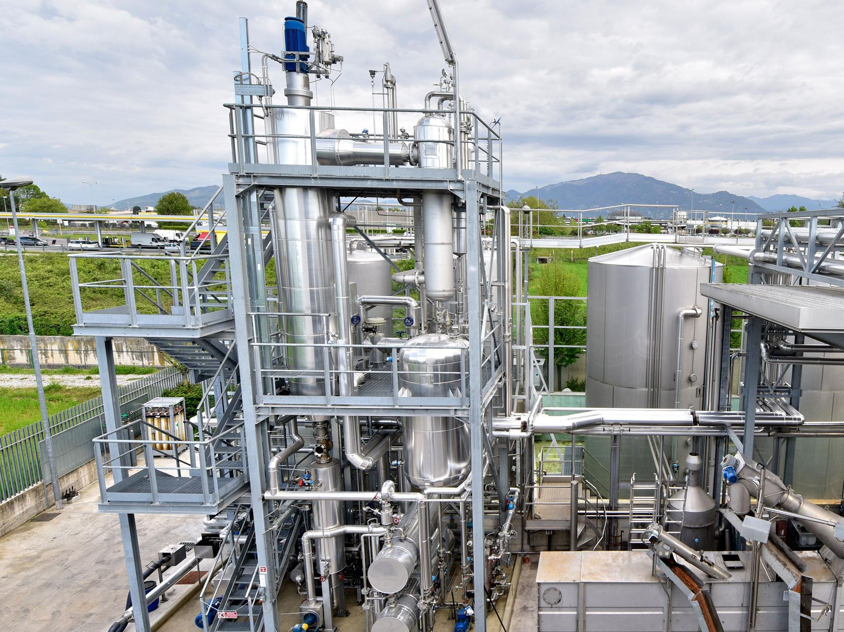 Oil recycling plant
